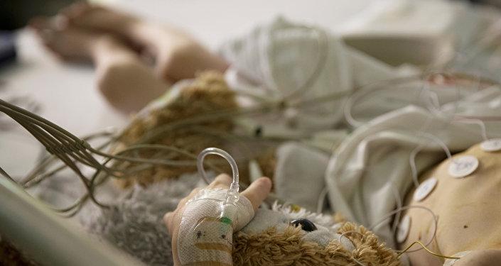 Девочка в больничной кровати. Архивное фото