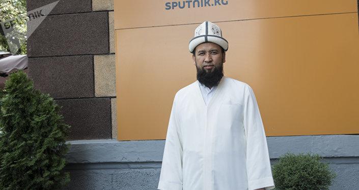 Муфтий мусульман Кыргызстана Максат ажы Токтомушев у офиса Sputnik Кыргызстан