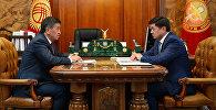 Президент Сооронбай Жээнбеков жана премьер-министр Мухаммедкалый Абылгазиев. Архивдик сүрөт
