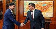 Архивное фото президента Кыргызской Республики Сооронбая Жээнбекова и премьер-министра страны Мухаммедкалыя Абылгазиева