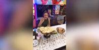 Хрупкая турчанка побила рекорд, съев 255 кебабов за 23 минуты, — видео
