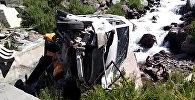 Два микроавтобуса повисли над пропастью после ДТП на Тоо-Ашуу. Видео