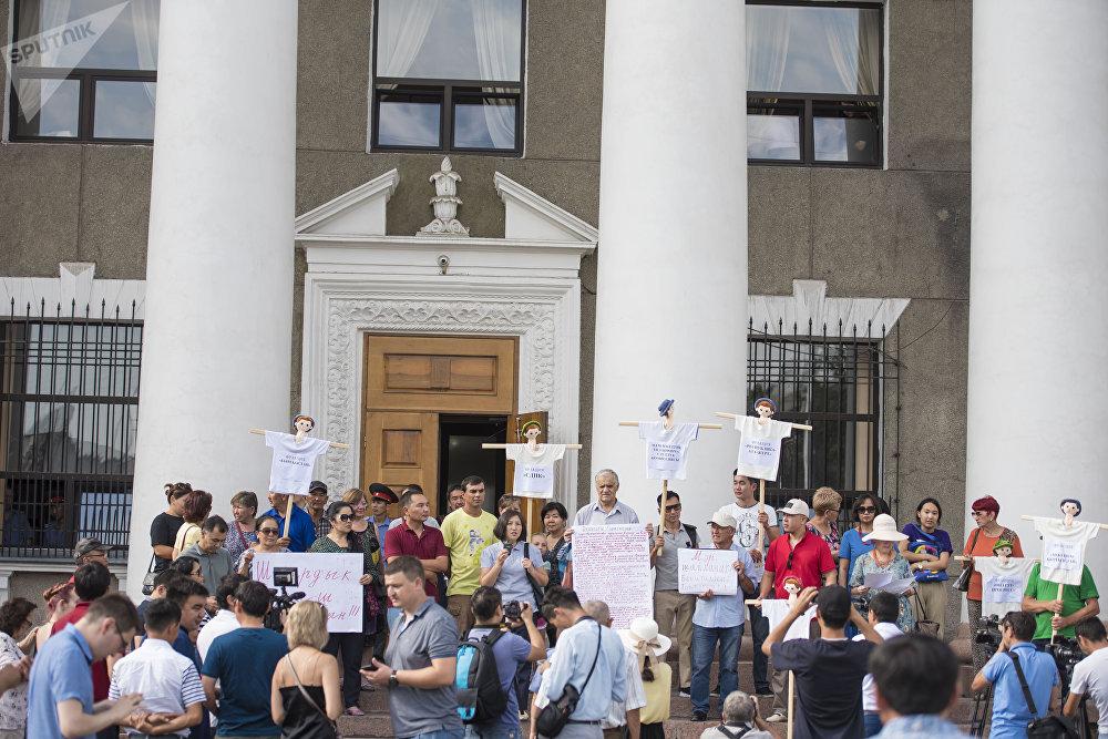 Бишкек мэриясынын алдында мэрди шайлоонун алдында жарандык активисттер митингге чыкты. Алар шаар бышчылыгына талапкер Азиз Суракматовду кыргыз тилин билет деп чечим чыгарган Мамлекеттик тил боюнча улуттук комиссиянын мүчөлөрүнө нааразылыгын билдиришти