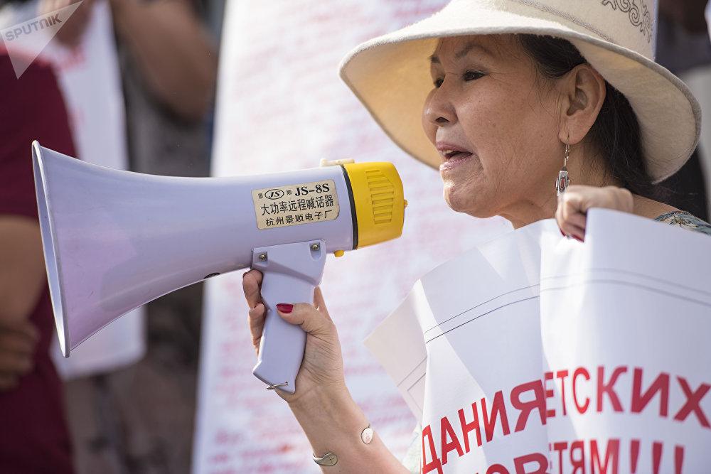 Укук коргоочу Анара Дауталиева нааразылыгын билдирип жатат
