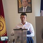 Между тем в зале заседаний подводили итоги тайного голосования. За Суракматова проголосовали 43 депутата из 44 присутствовавших.