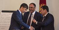 Новоизбранный мэр Бишкека Азиз Суракматов получает поздравления от депутатов БГК
