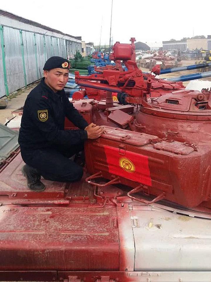 22-летний ефрейтор Искак Тынаалы уулу на танке