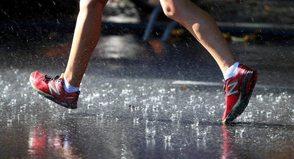 Человек идет по улице во время дождя. Архивное фото