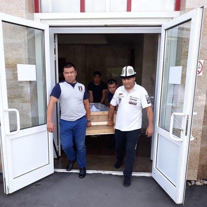 Вице-президент общественного объединения Кыргыз биримдиги Улан Кошматов во время перевозки груза 200