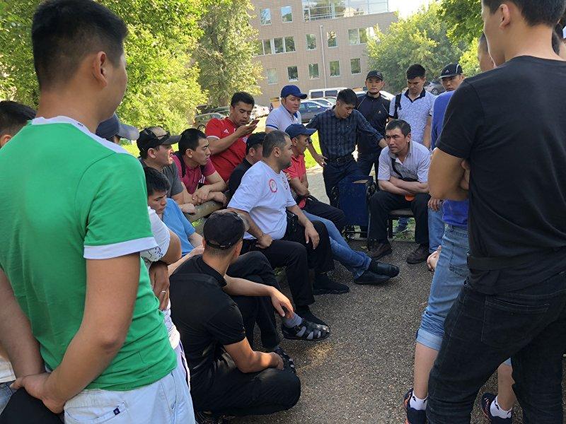 Вице-президент общественного объединения Кыргыз биримдиги Улан Кошматов во время встречи с соотечественниками