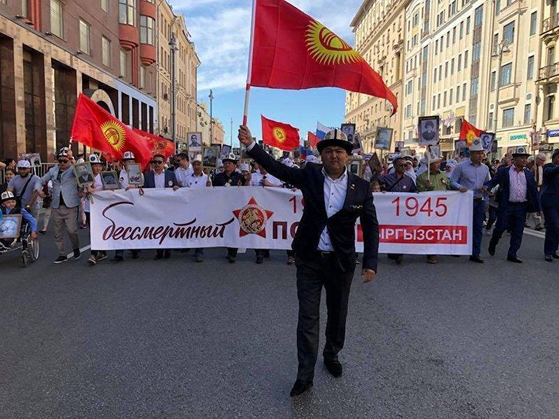 Вице-президент общественного объединения Кыргыз биримдиги Улан Кошматов на акции Бессмертный полк