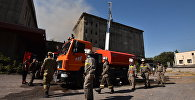 Сотрудники МЧС на месте пожара в здании мукомольного комбината в Бишкеке