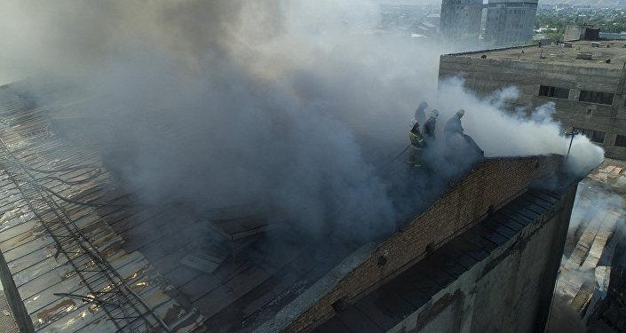 Пожар на крупном комбинате в Бишкеке  — видео с дрона