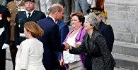 Премьер-министр Великобритании Тереза Мэй приветствует принца Уильяма ан церемонии посвященной Битве при Амьене, 8 августа 2018 года.