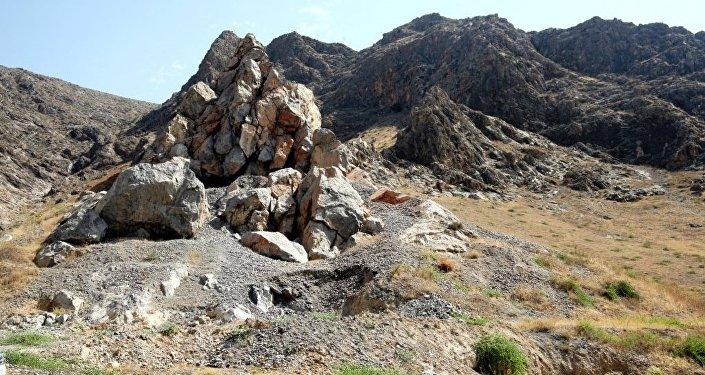 Треснувшая скала на горе Керме-Тоо в Оше