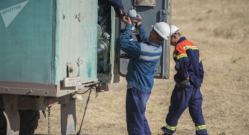 Сотрудники ОАО Национальная электрическая сеть Кыргызстана во время электрических работ. Архивное фото