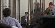 Сапар Исаков менен учурашууга умтулган жубайы. Сот залындагы видео