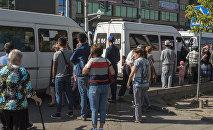 Люди в ожидании общественного транспорта на Ошском рынке Бишкека. Архивное фото