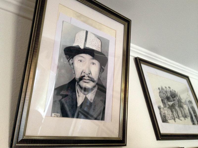 Памирский кыргыз Рахманкул хан у своего дома в Бишкеке