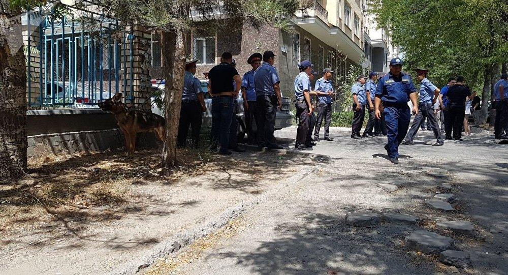 Оцепление МВД на улице Исанова в Бишкеке