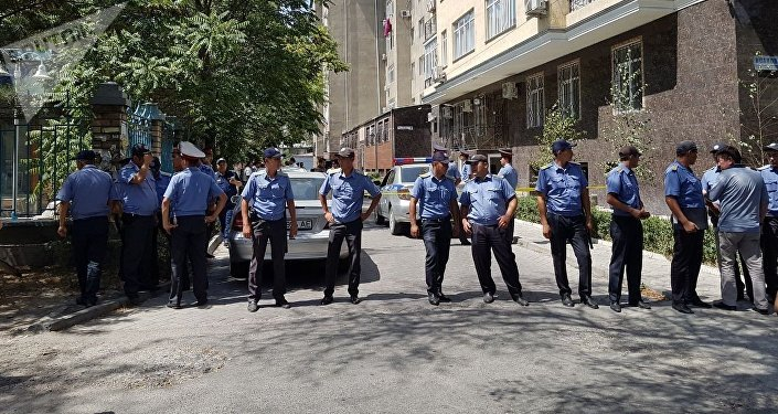 Оцепление милицией дома на улице Исанова в Бишкеке