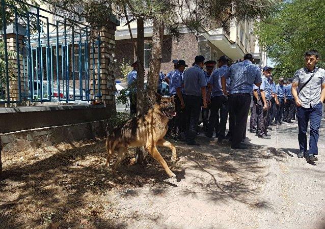 На улице Исанова в Бишкеке милиция выставила оцепление рядом с многоэтажным домом