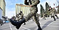 Строевой шаг военнослужащих КР. Архивное фото