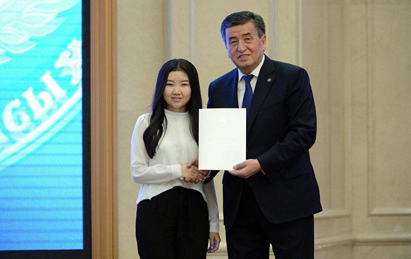 Выпускница Перизат Онолбекова во время вручения  золотых сертификатов президентом Сооронбаев Жээнбековым