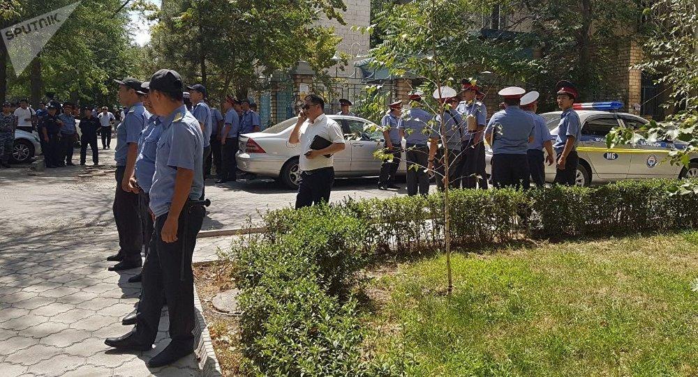 На улице Исанова в Бишкеке милиция выставила оцепление рядом с многоэтажным домом. Архивное фото