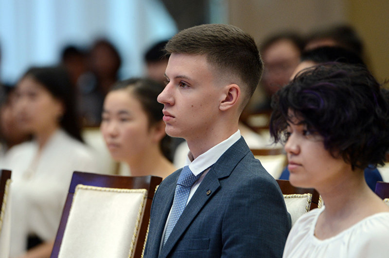 Выпускник Максим Сыразетдинов во время вручения золотых сертификатов президентом Сооронбаев Жээнбековым