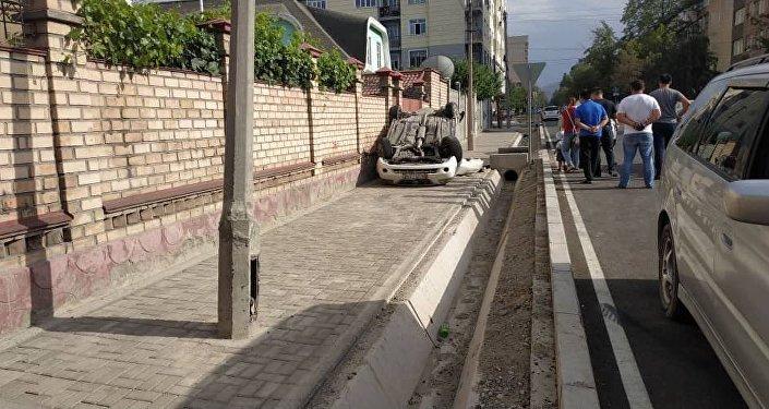На пересечении улиц Фрунзе и Калыка Акиева столкнулась Honda Odyssey и Nissan Altima