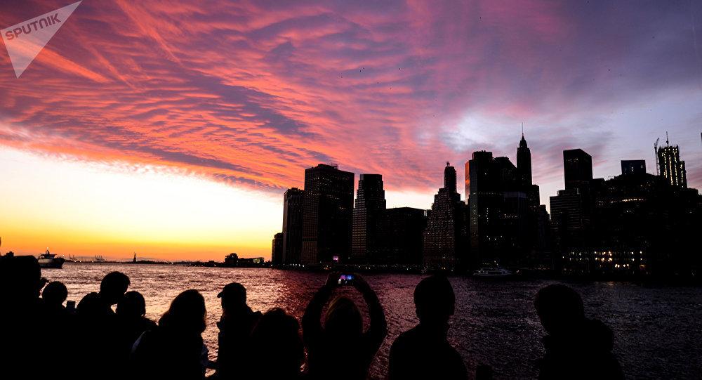 Люди фотографируют закат. Архивное фото