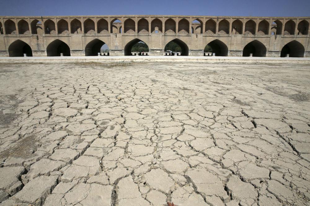 Высохшая река Zayandeh Roud в Исфахане (Иран)