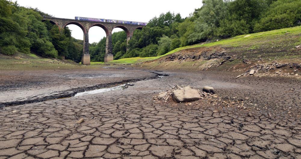 Пересохший участок водохранилища Уэйо на северо-западе Англии