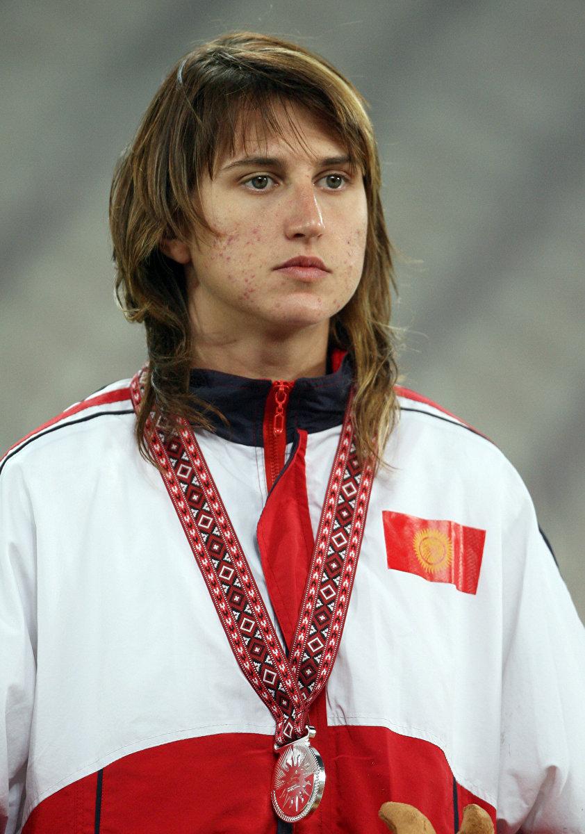 Чемпионка Азиатских игр по прыжкам в высоту Татьяна Ефименко во время церемонии награждения на 15-х Азиатских играх в Дохе, 11 декабря 2006 года.
