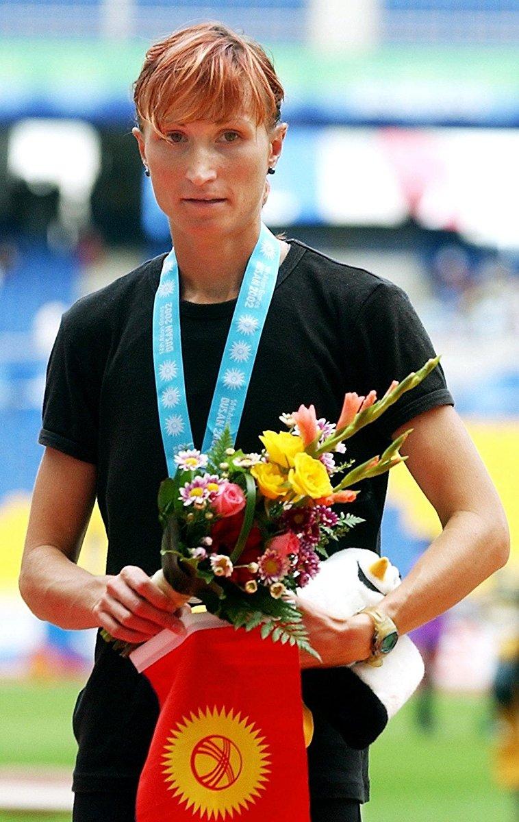 Легкоатлетка Татьяна Борисова после получения серебряной медали в дистанции 1500 метров в финале 14-х Азиатских играх в Пусане