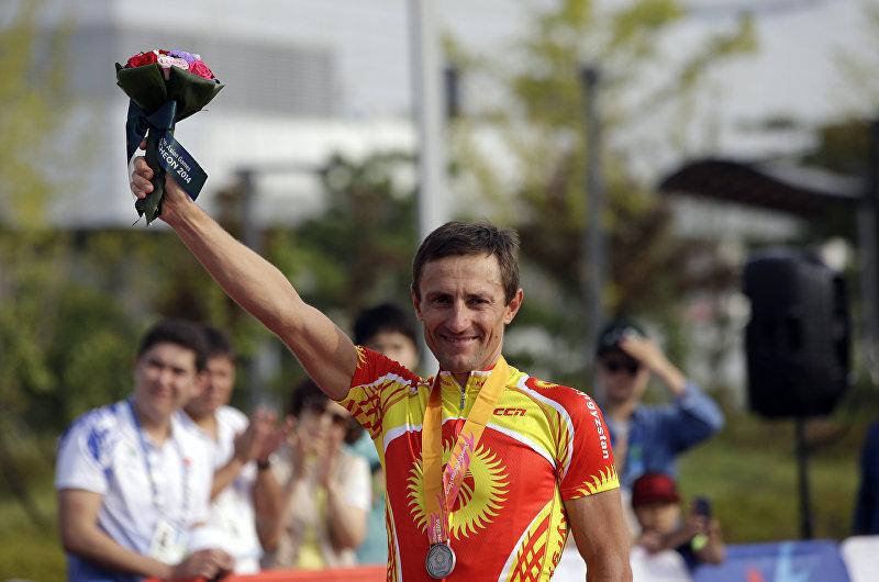 Серебряный призер из Кыргызстана, велогонщик Евгений Ваккер во время церемонии награждения на 17-х Азиатских играх в Инчхоне, Южная Корея. 27 сентября 2014 года