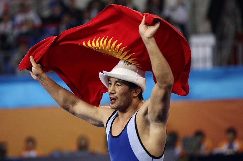Золотой медалист Данияр Кобонов из Кыргызстана празднует победу по греко-римской борьбе
