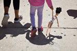 Девочка с матерью. Архивное фото