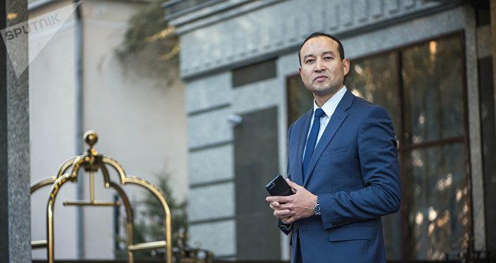 Председатель правления ОАО РСК Банк Оморкулов Азизбек во время фотосета