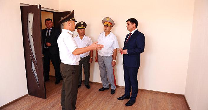 Премьер Мухаммедкалый Абылгазиев вручил сотрудникам ГСИН ключи от квартир