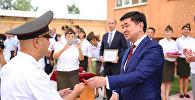 Премьер-министр Мухаммедкалый Абылгазиев 11-августта Бишкек шаарында курулган көп кабаттуу эки үйдүн батирлеринин ачкычын ЖАМК кызматкерлерине тапшырды.