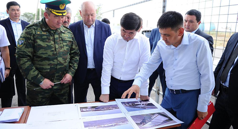 Премьер-министр Мухаммедкалый Абылгазиев посетил КПП Ак-Жол на кыргызско-казахской границе и дал ряд поручений относительно его реконструкции