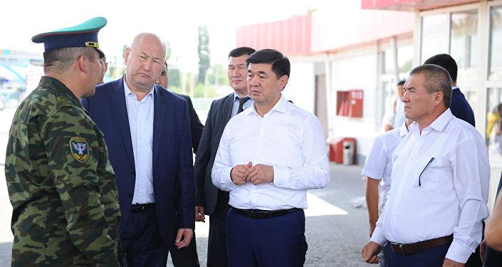 Премьер-министр Мухаммедкалый Абылгазиев посетил КПП Ак-Жол