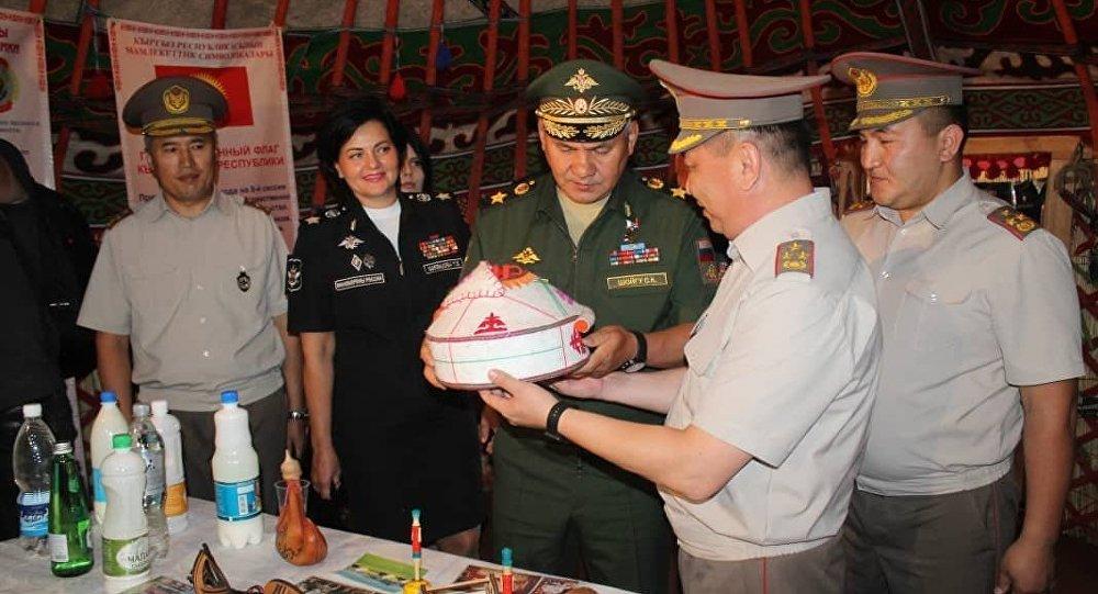Кыргызстанские военные подарили министру обороны РФ Сергею Шойгу юрту