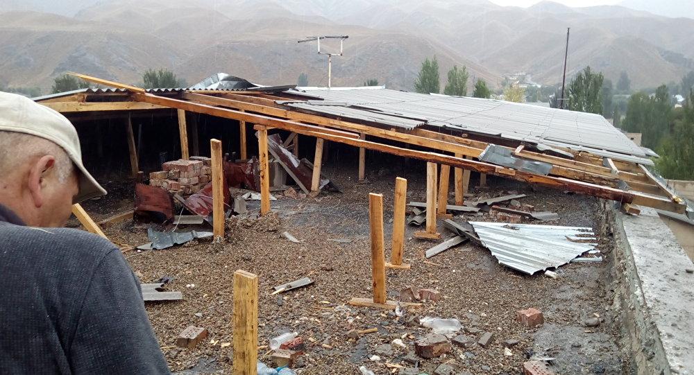 Последствия сильного ветра в городе Нарын