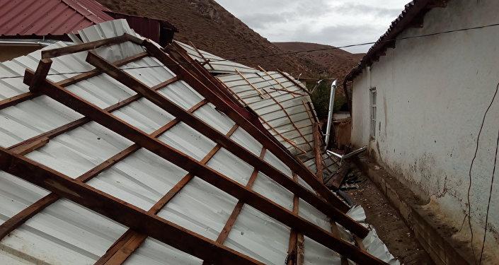 Порывы ветра сорвали крыши семи домов в Нарыне