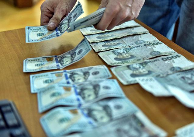 Мужчина считает деньги. Архивное фото