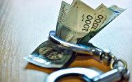 Деньги и наручники на столе. Архивное фото