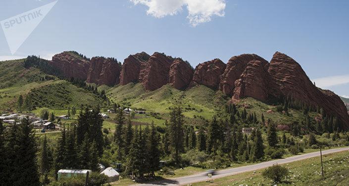 Живописные горы из песчаника в Джети-Огузе Иссык-Кульской области. Архивное фото